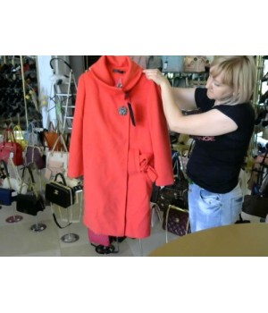 Eleni Viare (V3485) пальто коралового цвета с брошью [кораловая]